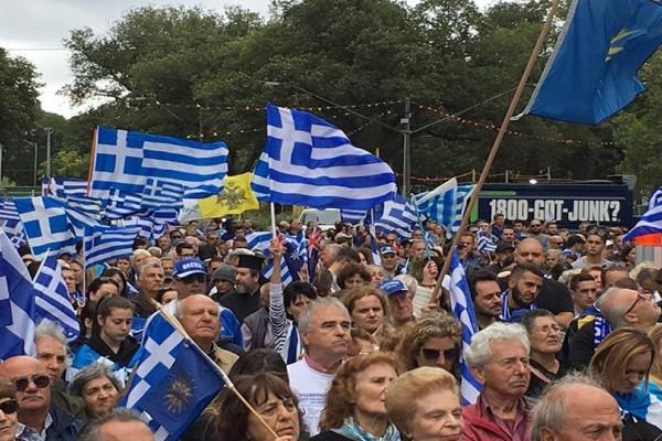 «Ελλάς-Ελλάς Μακεδονία»: Γαλανόλευκη βάφτηκε η Μελβούρνη της Αυστραλίας! (photos+video)