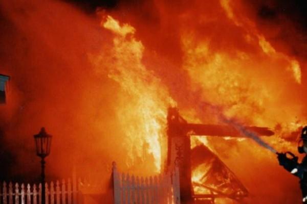 Φρικιαστικό έγκλημα: Νταντά έβαλε φωτιά στο σπίτι του εργοδότη της ενώ ήταν μέσα η γυναίκα του και τα 3 τους παιδιά (Photos)