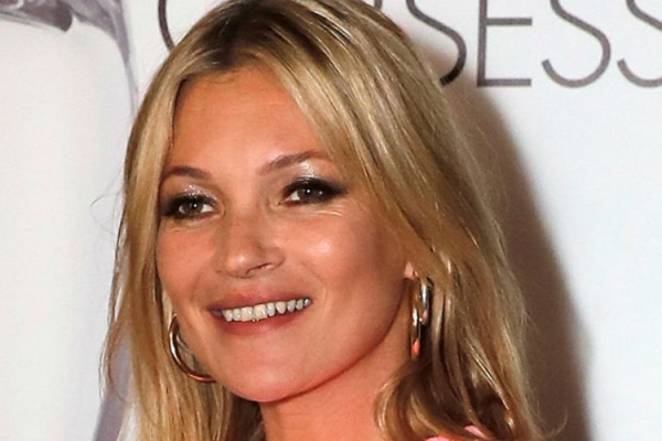 Kate Moss: 10+1 iconic εμφανίσεις της που επανακαθόρισαν την έννοια του στυλ
