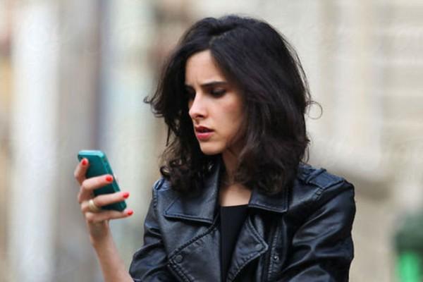 Έρευνα: Το κινητό καταστρέφει το δέρμα μας!