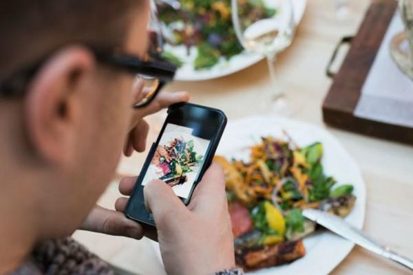 Έρευνα: Ένας στους τρεις ανθρώπους δεν μπορούν να φάνε χωρίς να ελέγξουν το κινητό τους!