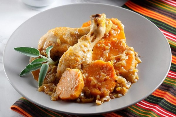 Η συνταγή της ημέρας: Κοτόπουλο στην κατσαρόλα με γλυκοπατάτες και σάλτσα ροδιού!