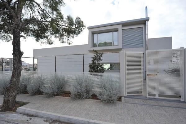 Άκρως εντυπωσιακή: Μια μοντέρνα και ιδιαίτερη κατοικία σε σχήμα ακανόνιστου πενταγώνου στη Βούλα! (Photo)