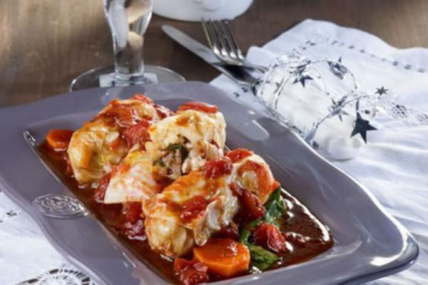 Eύκολοι Λαχανοντολμάδες με χοιρινό και σάλτσα ντομάτας!