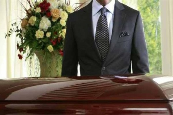 Επικό: Με μια μακάβρια «ευχή» έκοψαν την βασιλόπιτα οι νεκροθάφτες Πελοποννήσου! (Video)