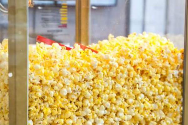 Γιατί τα ποπ κορν του σινεμά είναι κίτρινα;