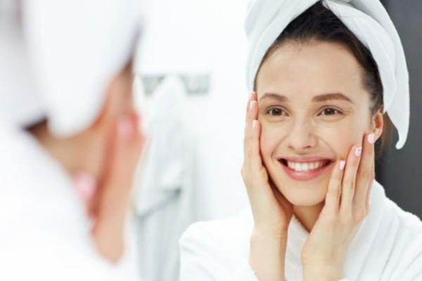 Αν θέλεις τέλειο και καθαρό πρόσωπο πρέπει να το πλένεις με ανθρακούχο νερό!