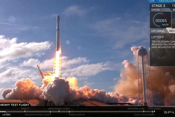 Ο Falcon Heavy του Έλον Μασκ ξεκίνησε το ταξίδι του για τον Άρη!