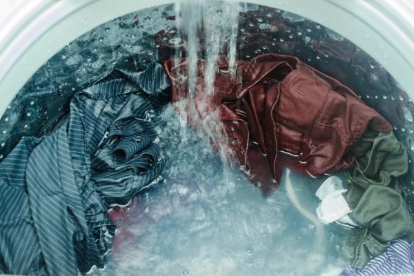 Ένα τέλειο κόλπο: Δες πώς θα επαναφέρεις τα ρούχα που μπήκαν στο πλύσιμο!
