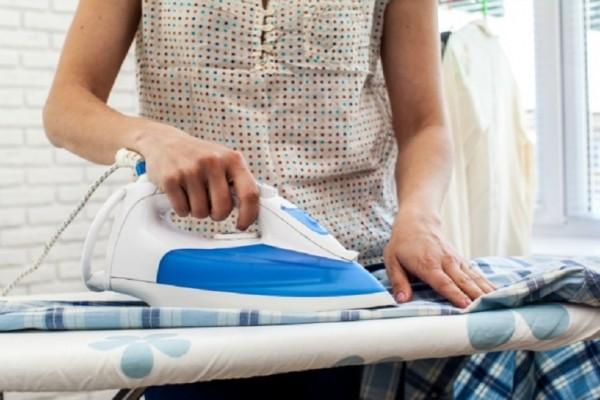 Θέλετε να γλιτώσετε από το σιδέρωμα; - Ένα εύκολο κόλπο που θα σας λύσει τα χέρια! (Video)
