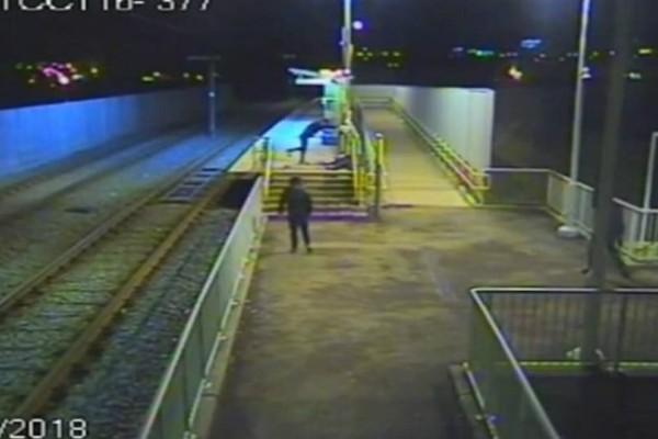 Σοκαριστικό βίντεο: Συμμορία εφήβων χτυπά άγρια 49χρονο σε σταθμό του τραμ!