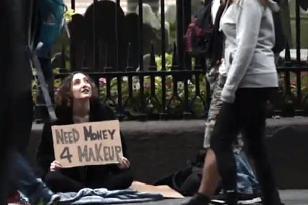 Xρήματα για μακιγιάζ: Γυναίκα βγαίνει στους δρόμους... και τα αποτελέσματα θα σας αφήσουν άφωνους! (video)