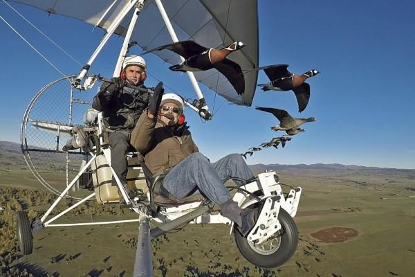 Συγκινητικό: 58χρονος έφτιαξε ανεμόπτερο για να μπορεί να πετάει δίπλα στα πουλιά του!