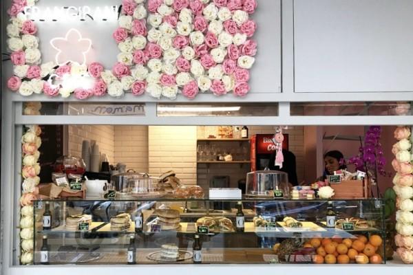 Frangipani: Το λιλιπούτειο cafe που γέμισε τη Σόλωνος... λουλούδια!