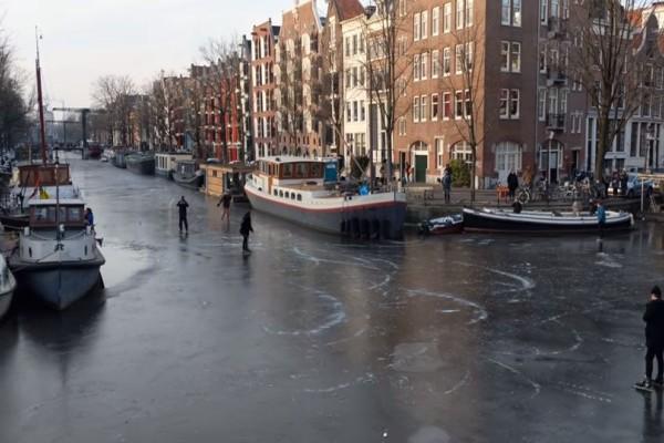Απίστευτες εικόνες: Πατινάζ στα παγωμένα κανάλια του Άμστερνταμ! (video)