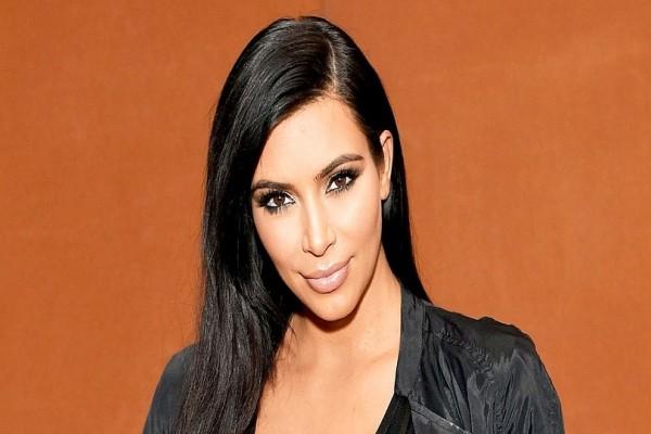 Η Kim Kardashian προκαλεί τρώγοντας noodles... ολόγυμνη! (photo)