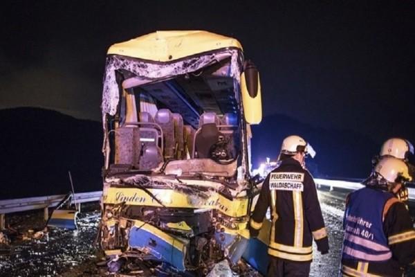 Απίστευτη τραγωδία στη Γερμανία: Ένας νεκρός και δεκάδες τραυματίες από σύγκρουση λεωφορείου με φορτηγό!