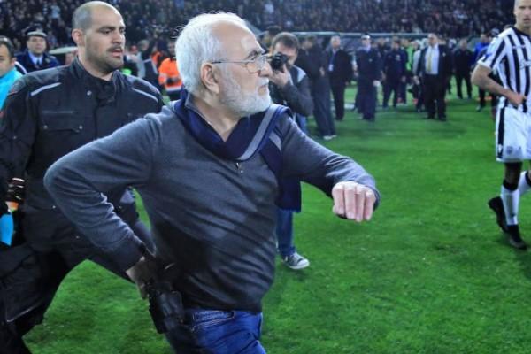 Φωτογραφία - σοκ: Ο Ιβάν Σαββίδης έβαλε το χέρι στο όπλο μέσα στον αγωνιστικό χώρο!
