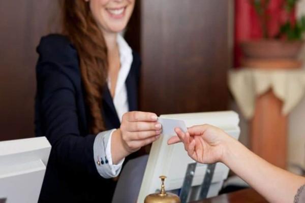 Εσύ γνωρίζεις τι συμβαίνει με τις κάρτες των ξενοδοχείων; Μάθε το μυστικό που δεν γνωρίζουν οι πελάτες