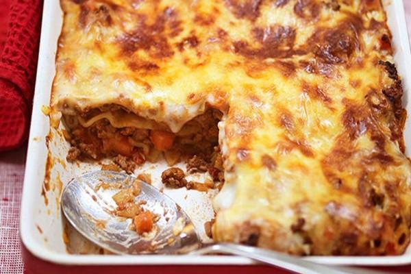 Η συνταγή της ημέρας: Λαζάνια με κιμά μπολονέζ και εύκολη κρέμα γιαουρτιού!