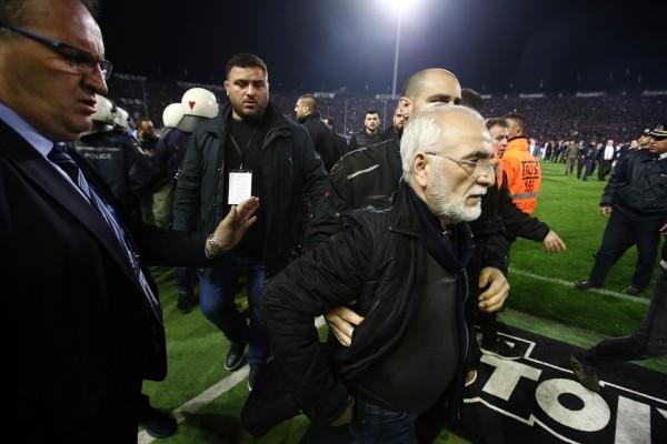 Φωτογραφία - ντοκουμέντο: Με όπλο μπήκε ο Ιβάν Σαββίδης στον αγωνιστικό χώρο!