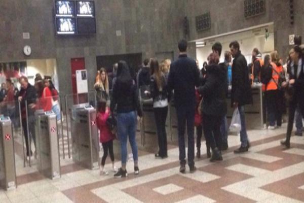 Απίστευτο βίντεο: Δείτε τι συνέβη όταν έπεσαν οι μπάρες του Μετρό στο Σύνταγμα!