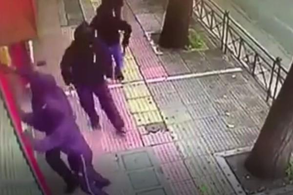 Βίντεο - σοκ από την Πατησίων: Ο κόσμος τρέχει για να σωθεί από τους κουκουλοφόρους!