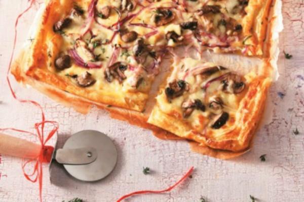 Ανοιχτή πίτα με κρέμα γραβιέρας, κρεμμύδι, μανιτάρια και θυμάρι