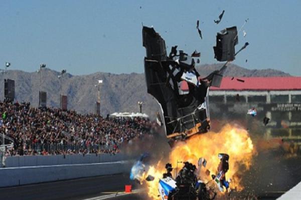 Βίντεο σοκ: Αυτοκίνητο τυλίγεται στις φλόγες σε αγώνα drag