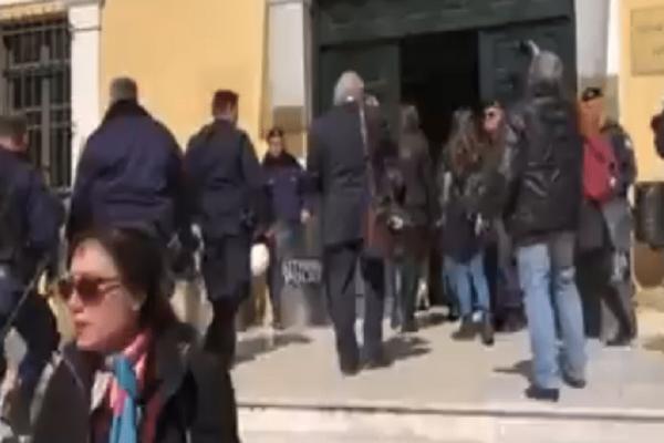 Στην Ευελπίδων οι 3 συλληφθέντες μετά τα χθεσινά επεισόδια για τους πλειστηριασμούς! (Video)
