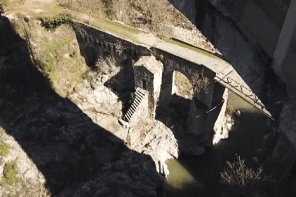 Εντυπωσιακό: Αυτό είναι το πέτρινο γεφύρι της Καρύταινας που κοσμούσε το πεντοχίλιαρο! (Video)