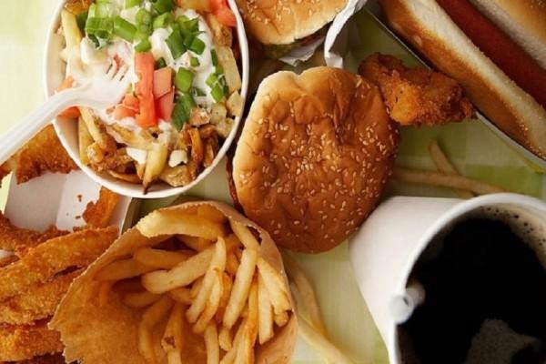 Τι κινδύνους κρύβει για την υγεία μας η κατανάλωση φαγητού απ' έξω;