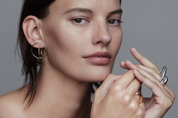 Θα απογειώσουν την εμφάνισή σου: Τα σκουλαρίκια που έχουν λατρέψει όλες οι γυναίκες!