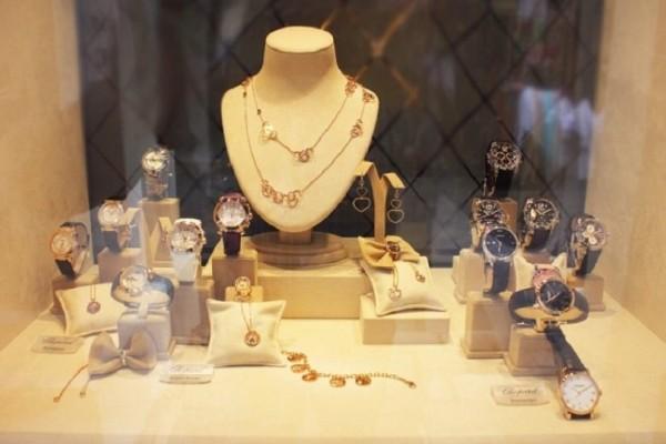 Κλοπή στα Εξάρχεια: Άνοιξαν κατάστημα με κοσμήματα!