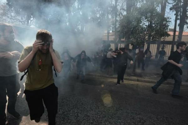 Επεισόδια έξω από το Μαξίμου: Τα ΜΑΤ έριξαν χημικά σε δασκάλους και καθηγητές!