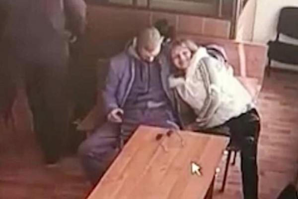 Ασυγκράτητο ζευγάρι: Έκανε στοματικό σ*ξ στο φίλο της μέσα σε αίθουσα δικαστηρίου!
