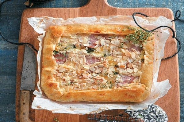 Μία εύκολη συνταγή: Ανοιχτή πίτα με κρέμα γραβιέρας, κρεμμύδι, μανιτάρια και θυμάρι!