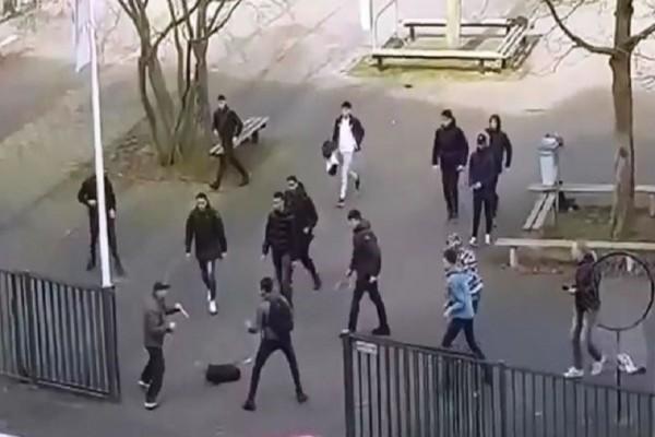 Πανικός στην Ολλανδία: Μαθητές προσπαθούν να αφοπλίσουν άνδρα με μαχαίρια! (Video)
