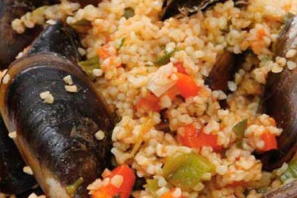 Η συνταγή της ημέρας: Μυδοπίλαφο με πλιγούρι εύκολο και νηστίσιμο!
