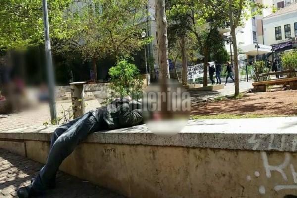 Εικόνες σοκ: Τοξικομανείς κάνουν χρήση ναρκωτικών στην είσοδο της Νομικής! (Photo & Video)