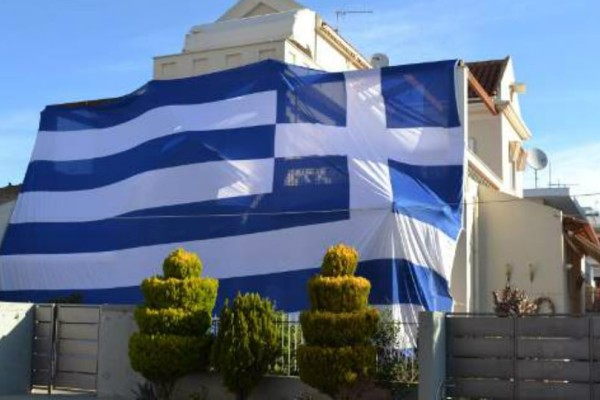Συγκινητικό: Κάλυψε το σπίτι του με ελληνική σημαία 135 τ.μ για τους 2 Έλληνες στρατιωτικούς (Photos+video)