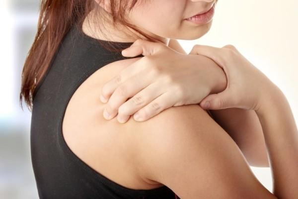 Μία ύπουλη ασθένεια: Τι είναι το σύνδρομο παγωμένου ώμου που «χτυπά» τις γυναίκες!