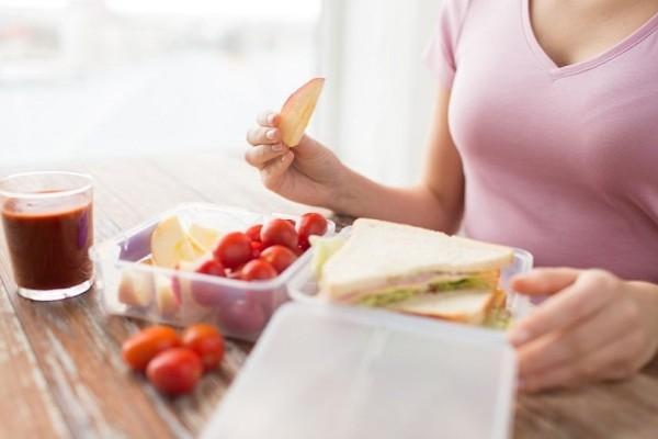 Ένα εύκολο και πρακτικό κόλπο για να εξαφανίσεις τους λεκέδες από σάλτσα στα τάπερ σου!