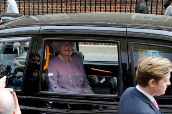 Βασιλική φάρσα: Έμειναν κάγκελο με την «κέρινη» Ελισάβετ έξω από το νοσοκομείο που γέννησε η Κέιτ!