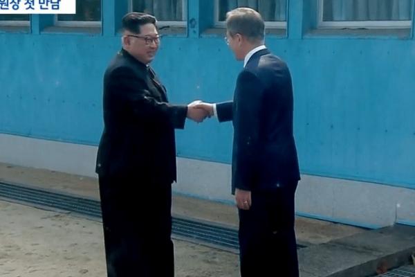 Ιστορική στιγμή: Ο Κιμ Γιονγκ Ουν πάτησε το πόδι του στη Νότια Κορέα! (Photo & Video)