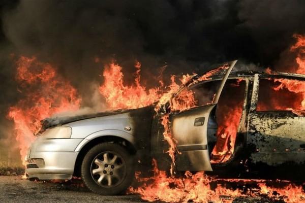 Συναγερμός στην Βαρυμπόμπη: ΙΧ τυλίχθηκε στις φλόγες!