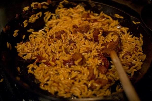 Η συνταγή της ημέρας: Κριθαράκι με λουκάνικα στο τηγάνι! (Video)
