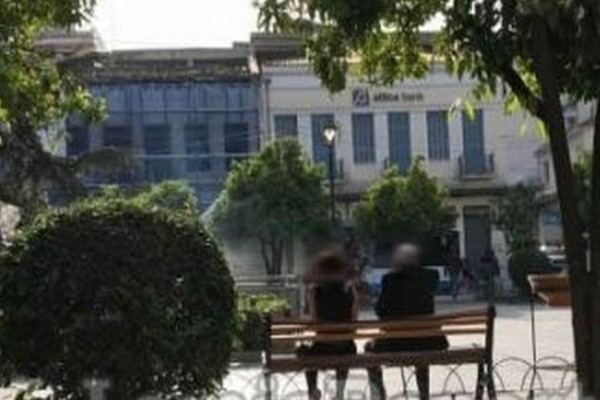 Σάλος στην Λαμία: Νεαρή αυνάνιζε παππού μέσα στο κέντρο της πόλης!