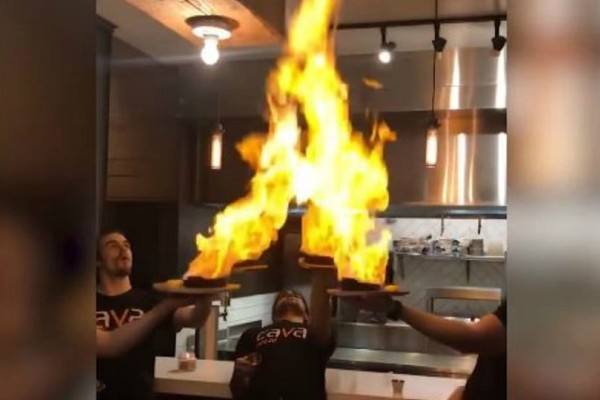 Το βίντεο που έγινε αμέσως viral! - Πήγαν να κάνουν σόου με 4 φλαμπέ πιάτα και αυτό που ακολούθησε είναι απίστευτο!