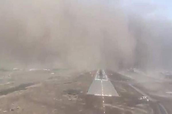 Απίστευτο βίντεο: Αεροπλάνο προσγειώνεται εν μέσω ισχυρής αμμοθύελλας!